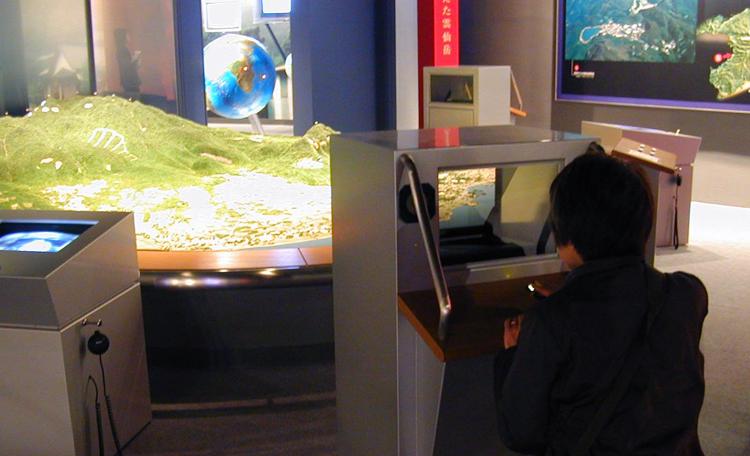 『平成噴火シミュレーション』<br>雲仙普賢岳のジオラマに火砕流と土石流のシミュレーションCG 映像を重ね合わせて見せる演出です。