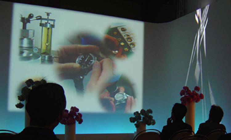 『メッセージ映像』<br>入り口奥に設けられたシアタースペースで約200インチ大で上映。映像と音響・照明はもちろん、シアター内の造形が一体となった演出が施されている。