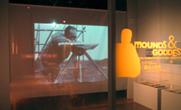 『エントランス・ムービー』暖簾状のシースルースクリーンに映像を投影することで、<br>奥に広がる展示空間を感じながら次のエリアへと入っていく演出になっています。