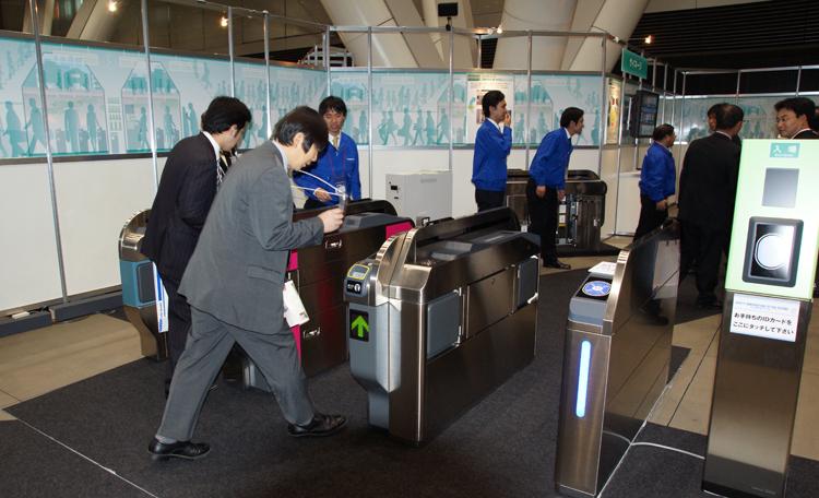 ICカード利用による様々な体験展示を通じ、日本信号の新技術をPRしました。