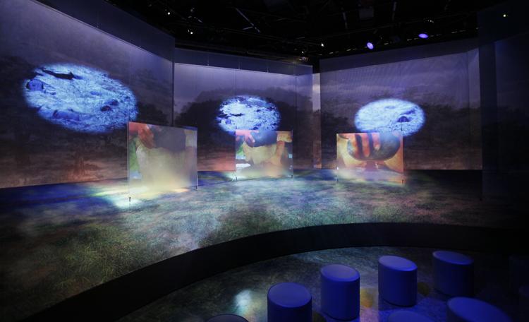 「イマージョンシアター くらしシアター」 <br>縄文時代のくらしを、ある縄文人の家族の1日を通して展開するイメージ映像。<br> 是川周辺を再現したジオラマに、レイヤー状にスクリーンを配置。映像、照明、音楽を効果的に組合わせて、広がり感のある不思議な世界観を作りました。