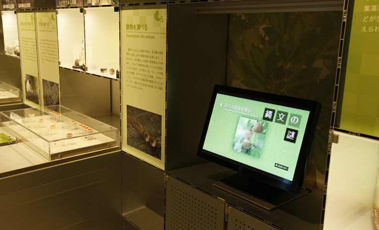 「縄文の謎」 <br>中居遺跡の発掘調査成果より、自然環境・くらし・縄文人の技などを紹介。<br> 豊富な情報を分かりやすく伝える情報コンテンツを制作しました。