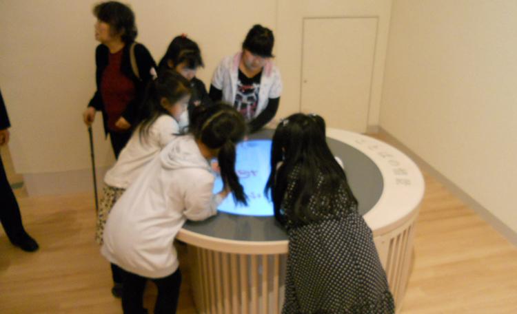 「ことばの情景」(近代文学館) 円形のタッチパネル展示で「俳句にふれよう」「ひらがなで遊ぼう」「ひらがなアニメーション」<br>3つのコンテンツが楽しめます。