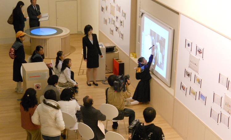 """「みんなの原稿用紙」(近代文学館) 電子黒板を使って、いろんな""""お題""""が写しだされます。<br>自由な発想でみんなの思い描いたことを「ことば」にして発表してください。"""