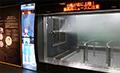 お天気キャスターが体験室の状況や暴風雨の危険を解説。<br>体験室内には、雨量と風速に応じた街の様子が実写で映し出されます。1