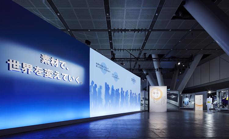 ■プロローグ<br>展示への導入として、テーマに対応した一般の人々の思いを「コトバ」で印象的に表現した大型プロジェクション映像を制作しました。