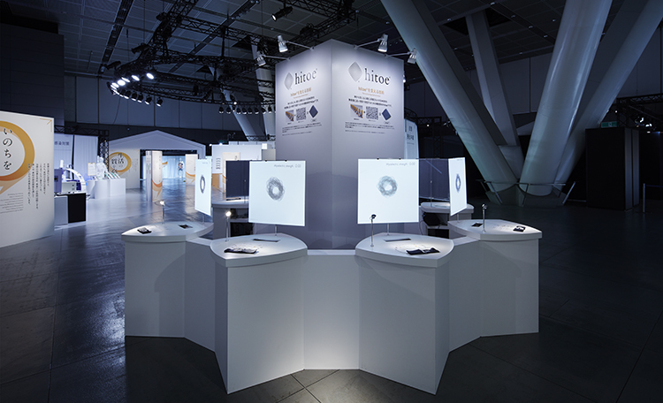 ■あなたを感じる服<br>ヒトの生体信号を計測できる東レの新素材の生地「hitoe®」を利用して、来場者が自分の筋電をその場でリアルタイムに見られる<br>インタラクティブな映像展示を行いました。