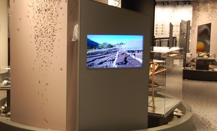 「災害のリアルを知る(地震)」  モニターで震災写真を紹介。